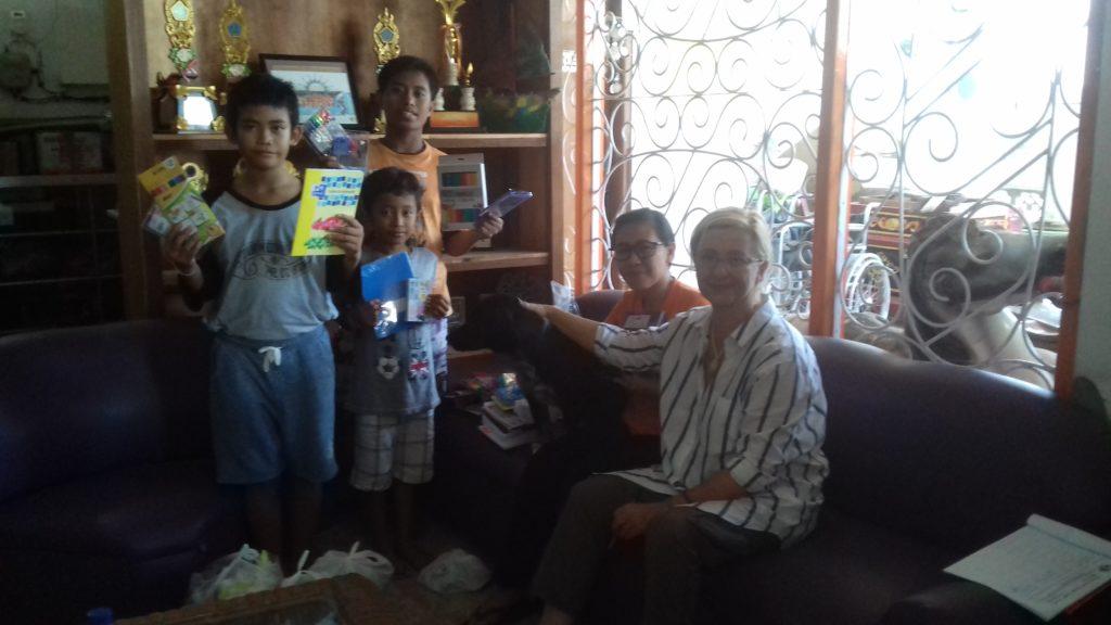 Les enfants de l'orphelinat YKPA heureux de recevoir les cadeaux de Christine, fondatrice de l'association CHRAfrance